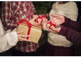 交换圣诞礼物的人的手_3491716