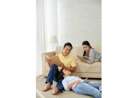 享受休闲活动的亚洲家庭_5577219