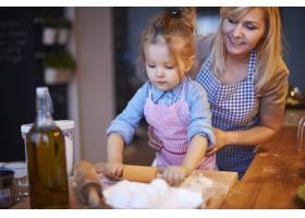 全家人一起在厨房做饭_12231307