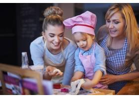 全家人一起在厨房做饭_12231400