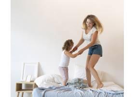 全景拍摄母女在床上跳舞_5179796