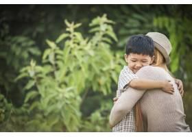 公园里母子俩幸福地拥抱在一起的肖像家庭_3175277