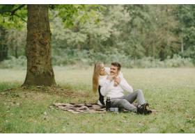 公园里的人穿棕色外套的女人穿白毛衣的_11192287