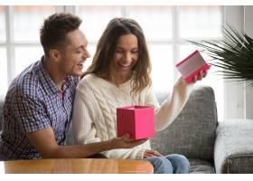 兴奋的年轻女子打开礼盒收到丈夫送的礼物_3953851