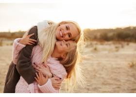 兴高采烈的母亲带着她的小女儿玩耍_7339318