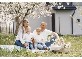 可爱的一家人在夏日的院子里玩耍_9344578