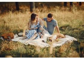 可爱的一家人在秋天的田野里玩耍_6213549