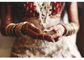 印度新娘双手覆盖着曼赫迪并抱着的特写镜头_1613133