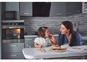 厨房里幸福的一家人节日食品概念母亲和_9146962