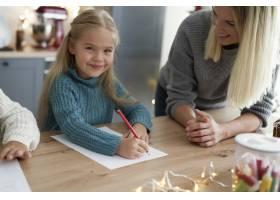 可爱女孩给圣诞老人写信的肖像_11727189