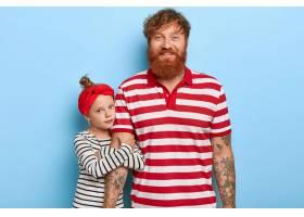 可爱时尚的姜色女儿和父亲在一起摆姿势_12609220