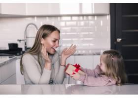 可爱的小女儿在厨房里给妈妈送礼物母亲节_8471522