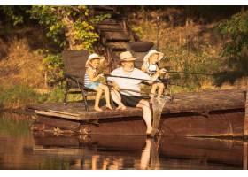可爱的小女孩和她们的爷爷在湖边或河边钓鱼_13457466