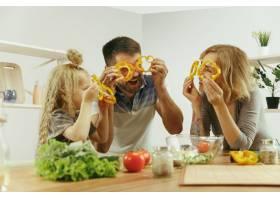 可爱的小女孩和她漂亮的父母在家里的厨房里_11161103