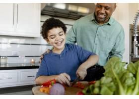 一家人在家里一起做早餐_13298994