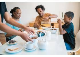 一家人在家里一起吃早餐_9242096