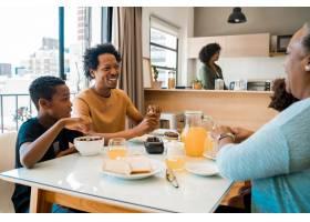 一家人在家里一起吃早餐_9809305