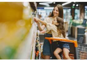一家人在超市穿棕色T恤的女人人们选择_11757182