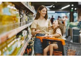 一家人在超市穿棕色T恤的女人人们选择_11757189