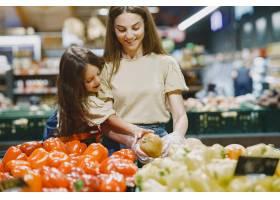 一家人在超市穿棕色T恤的女人人们选择_11757224