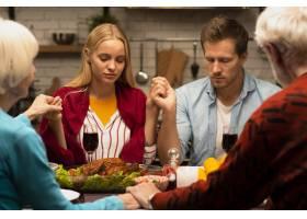 一家人在餐桌前祈祷_5682496
