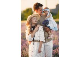 一家人带着小女儿在薰衣草地里美丽的女人_10062819