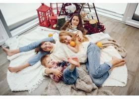 一家人花时间在家里装饰圣诞_11242749