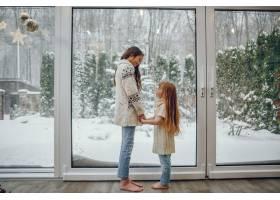 一家人花时间在家里装饰圣诞_11242775