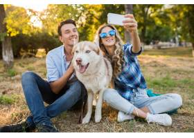 一对年轻时髦的夫妇带着狗在街上散步男女_9699499