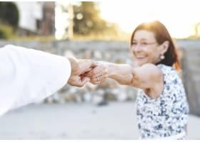 一对正在享受海滩的老年夫妇_2895083