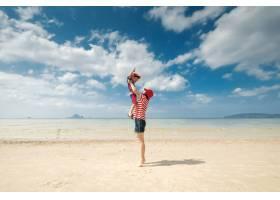 一对母子在海滩上在户外大海和蓝天_1285605