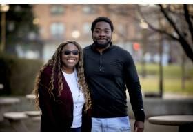 一对非洲裔美国夫妇在阳光下的公园里背景_10944491