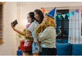 一群亚洲女性在家里开派对_5503806