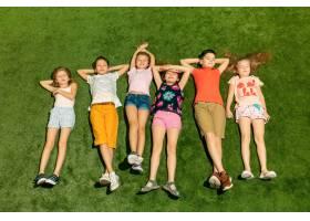 一群快乐的孩子在户外玩耍_12726819