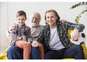 不同世代的男人在沙发上看电视_4341465