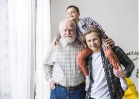 不同世代的男人站在一起拥抱_4361433