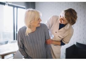 与幸福的人在一起的养老院概念_2014490