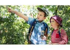 两个可爱的孩子在森林里跋涉_13307306
