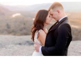 新婚夫妇在接吻前一刻在室外的黄昏中相望_7498679