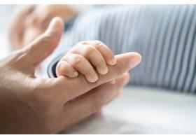 新生儿握住母亲手指的手_10038852
