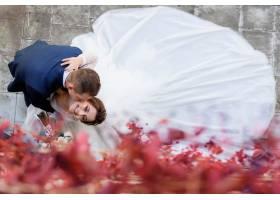 新郎和新娘面带微笑的头像是亲吻脸颊幸福_7497166