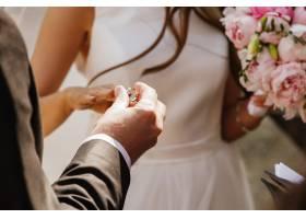 新郎把结婚戒指戴在新娘手上_2612740