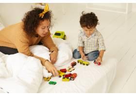 早期发展童年和母性室内照片中好奇可_11201507