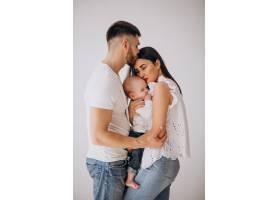 有了第一个孩子幸福的家庭_4410454