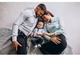 有了第一个孩子幸福的家庭_4410766