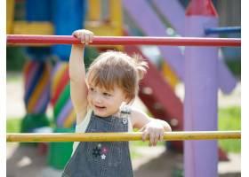 游乐场上的两岁儿童_1238991