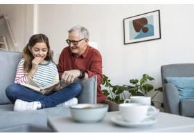 爷爷和女儿一起读书_12892315