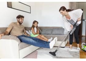 用吸尘器吸尘地毯的妇女_5179610