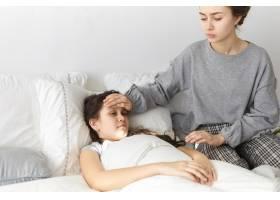 直截了当地拍到忧心忡忡的年轻女子坐在卧室_10897908