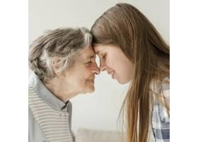 祖母与家人共度美好时光_9149140